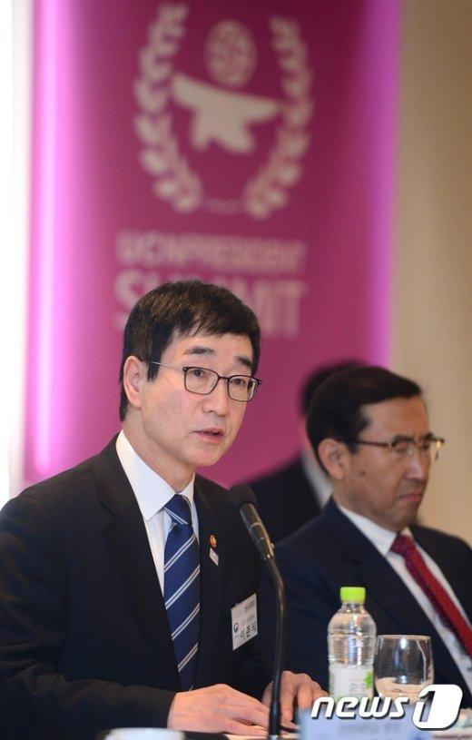 [사진]대학 총장 간담회 참석한 이준식 부총리