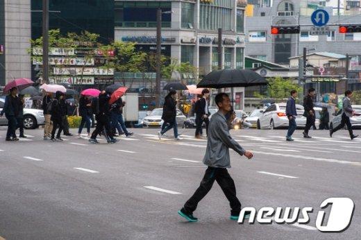 [사진]봄비에 우산을 펼쳐든 시민들