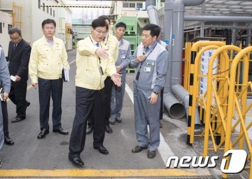 유해화학물질 취급시설의 관리실태를 점검 중인 조경규 환경부 장관(기사의 특정 내용과는 관련 없음). ©뉴스1