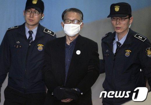 [사진]마스크로 얼굴 가린 김기춘