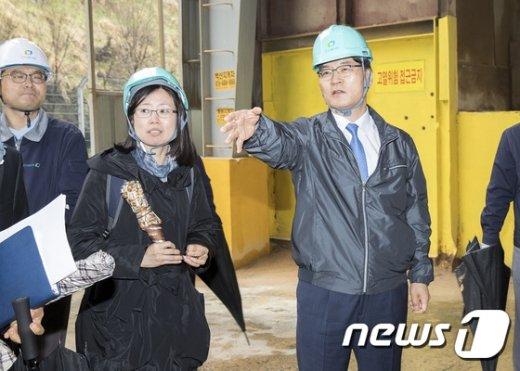 [사진]미세먼지 발생 사업장 방문한 조경규 환경장관