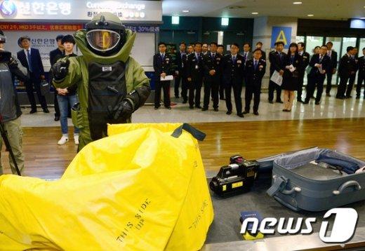 [사진]'테러 물품 반입 꼼짝마!'