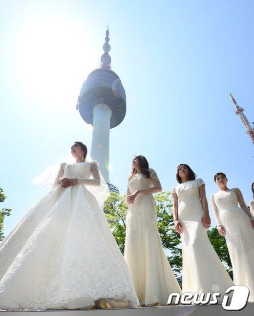 [사진]'남산타워에서 열린 이색 웨딩패션쇼'