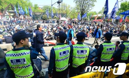 [사진]만일의 사태 대비하는 경찰들