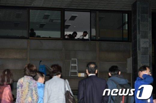 [사진]'시흥캠퍼스 실시협약 반대' 행정관 2층 진입한 서울대학생들