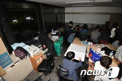 [사진]'시흥캠퍼스 실시협약 반대' 서울대학생들, 유리창 깨고 행정관 진입