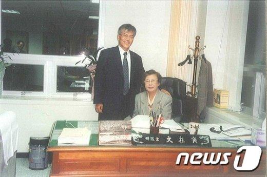 [사진]문재인 대통령 당선자가 걸어온 길...변호사 시절 어머니와 함께