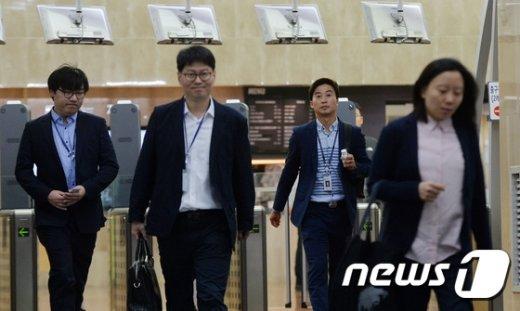 [사진]새 정부 출범, 출근하는 공무원들
