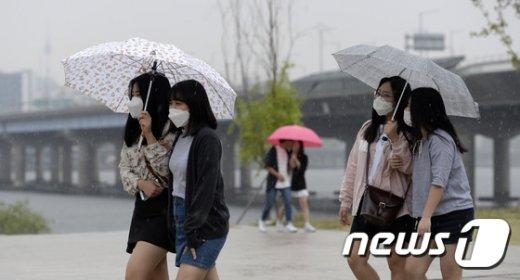 비가 내리는 9일 서울 여의도 한강공원에서 마스크를 쓴 학생들이 우산을 쓰고 걸어가고 있다. 2017.5.9/뉴스1 © News1 안은나 기자