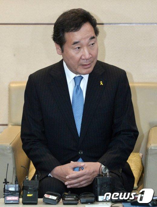 [사진]국무총리 유력 이낙연 지사 '취재진 질문에 답변'