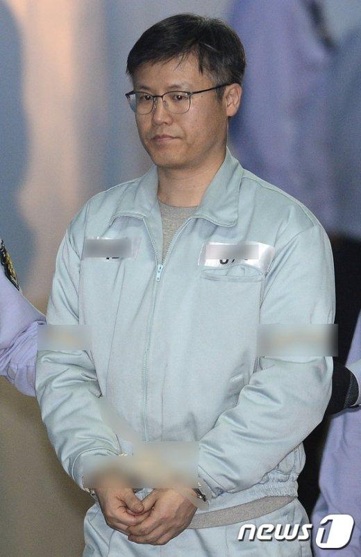 [사진]굳은 표정의 정호성 전 靑비서관