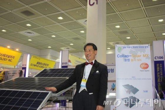 신제품 접철식 태양광발전기를 소개하는 장규화 대표/사진제공=김진수 에디터