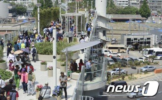 [사진]서울로 7017 보기 위해 몰린 인파