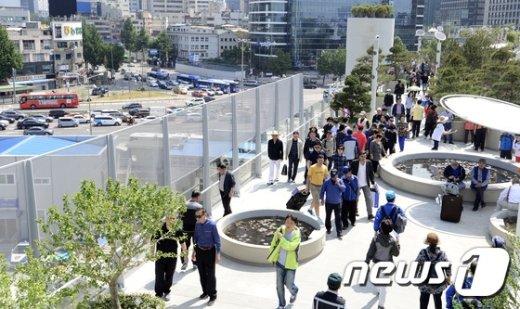 [사진]도로 위에 설치된 보행로를 걷는 기분