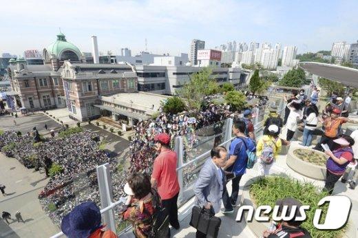 [사진]'흉물 논란' 서울로7017에서 내려다보이는 슈즈 트리