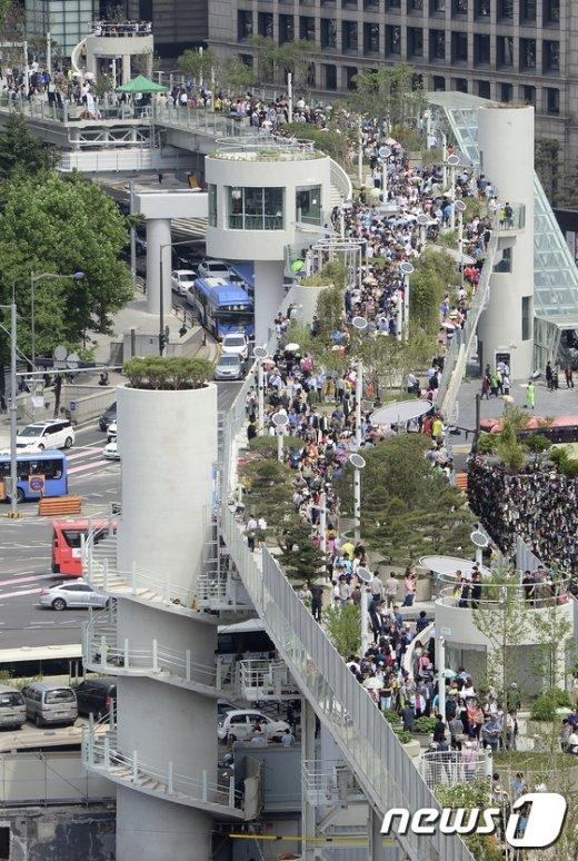 [사진]북적이는 서울로 7017