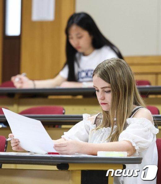[사진]논술 문제지 바라보는 외국인 유학생