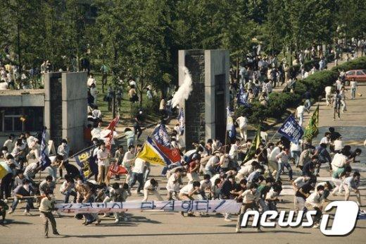 [사진]6월 민주항쟁 30주년 맞아 공개된 이한열 열사 피격 직전 사진