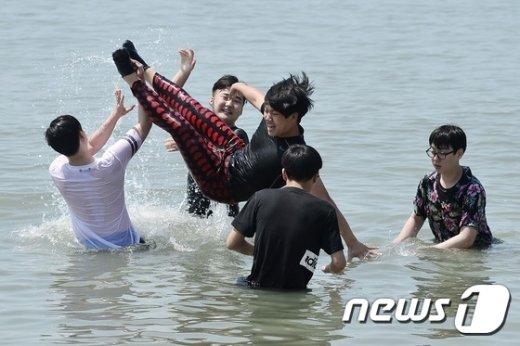 [사진]'물 속으로 풍덩'