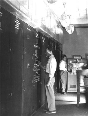 그림 4. 최초의 프로그램 내장형 컴퓨터 EDVAC. 폰 노이만은 이 컴퓨터의 제작에 자문으로 참여했고, 맥컬럭과 핏의 논문을 이용해서 컴퓨터 회로를 설계했다.