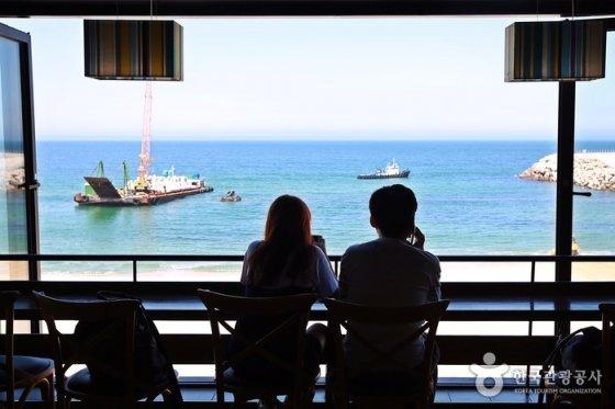 강릉 안목해변을 따라 만나는 개성있는 카페들에선 바다 풍경과 커피향을 한번에 즐길 수 있다. /사진제공=한국관광공사
