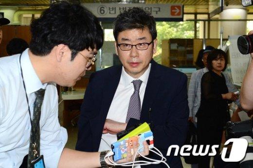 [사진]법정 향하는 김성민 전 위원장