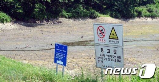 [사진]수심이 깊었던 저수지...'가뭄에 바다 드러나'