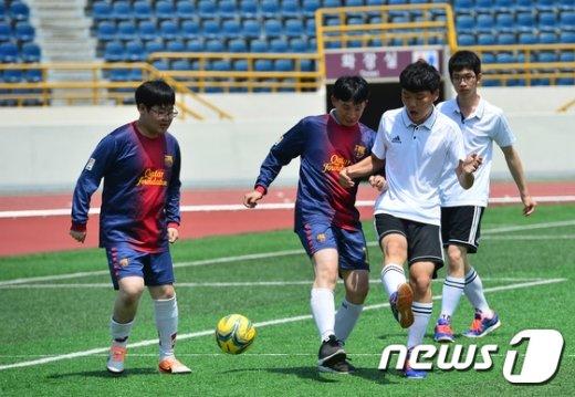[사진]발달장애인 문화체육한마당 '즐거운 풋살 경기'