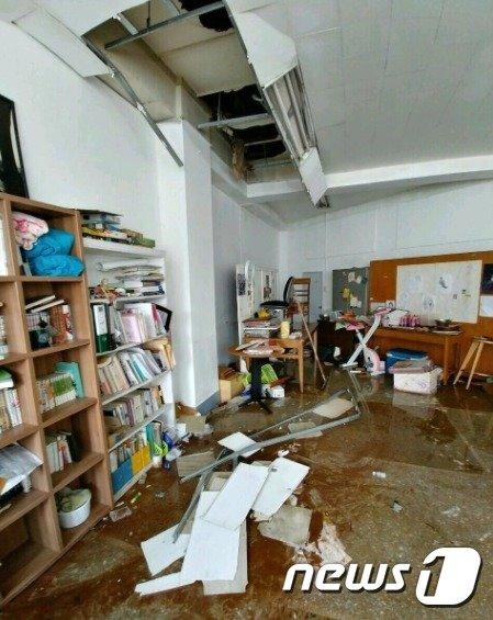 [사진]이화여대 물탱크 파열에 떨어져버린 천장재