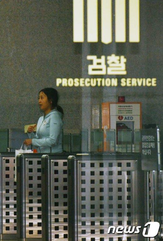 [사진]밝은 표정으로 검찰 나서는 정유라 '구속영장 기각'