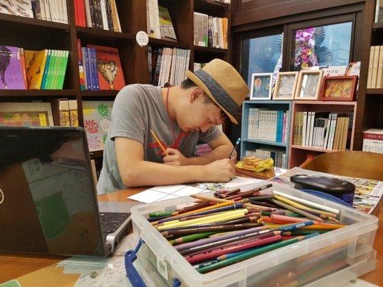 캘빈은 매일 10시간씩 그림 그리기에 매진한다. 주제도 만화 속 캐릭터에서 역사적인 장면까지 점점 변화한다. /사진=박다해 기자