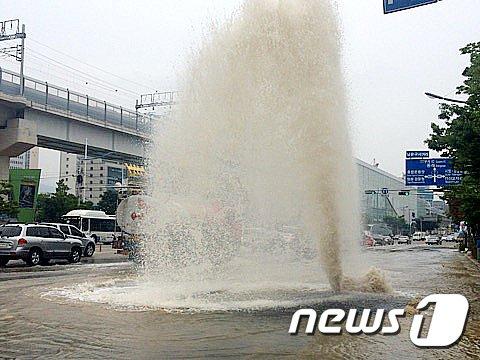 [사진]도로위로 치솟는 물줄기