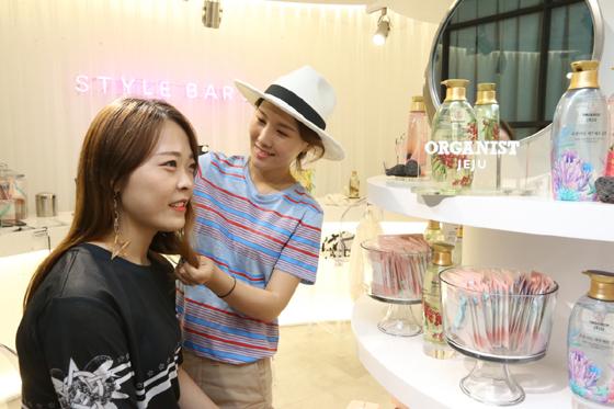 LG생활건강 헤어케어 브랜드 오가니스트의 제품으로 스타일바 엑스에서 전문 스타일링 상담을 받는 모습/사진제공=LG생활건강