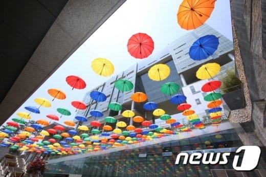[사진]'우산그늘막에서 더위 식혀요'