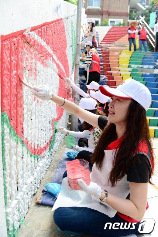 [사진]KT직원들 '쪽방촌 벽화그리기 봉사활동'