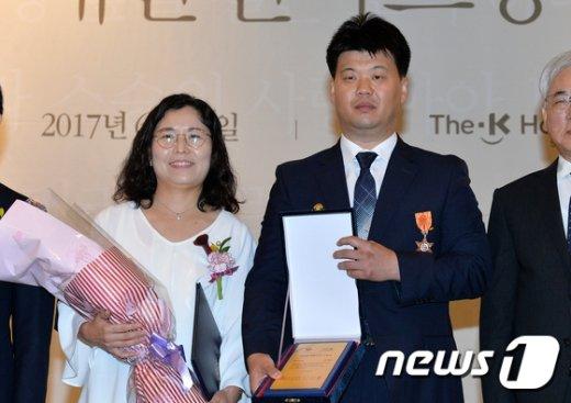 [사진]'한국의 설리번' 시각장애 교사, 스승상 수상