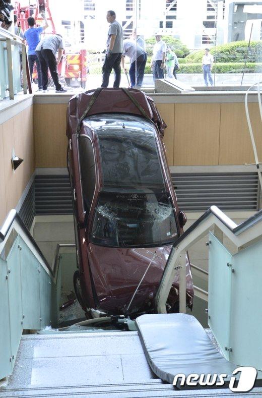 [사진]병원 건물로 돌진한 차량
