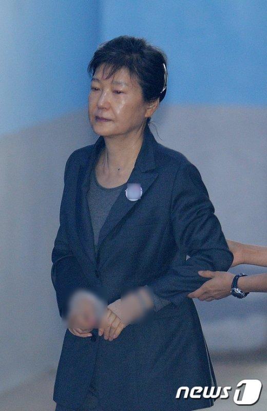 [사진]박근혜 전 대통령 '법정으로'