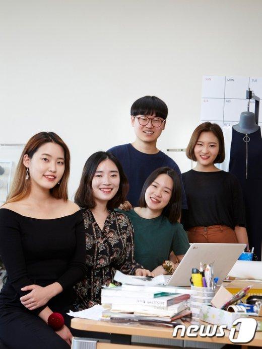 [사진]현대적 '태극기 패션' 선보이는 건국대 'KU스튜디오' 학생들