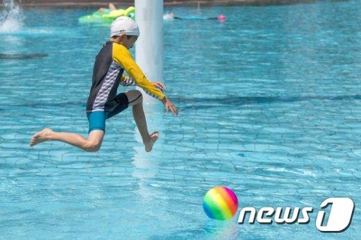 [사진]한강 수영장으로 '점프!'