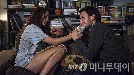격한 사랑을 나눈 뒤 아파트에 갇힌 '그녀'