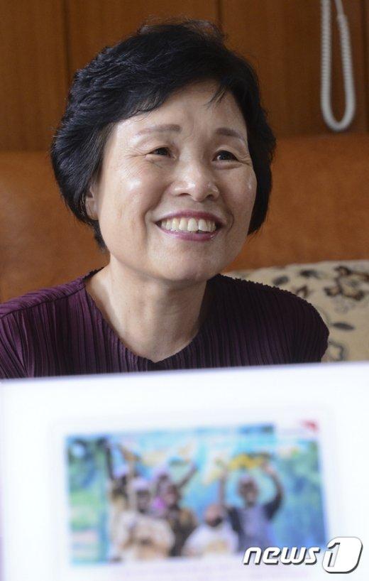 미얀마에 어린이들을 위한 학교를 짓는 등 기부의 삶을 실천 중인 김재옥씨가 지난달 28일 오후 서울 노원구 상계동 자택에서 뉴스1과 인터뷰를 하고 있다. 2017.6.28/뉴스1 © News1 신웅수 기자