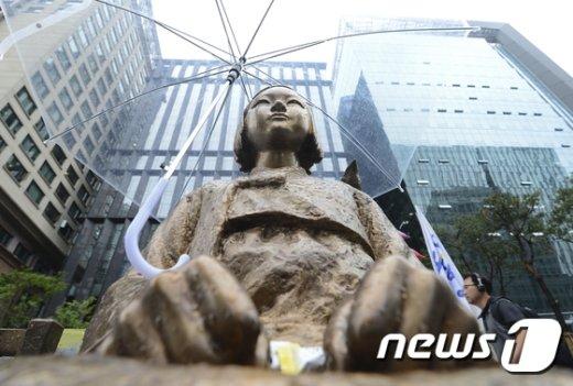 [사진]日 아베 총리, 문 대통령에 위안부 소녀상 조기철거 요구할 듯