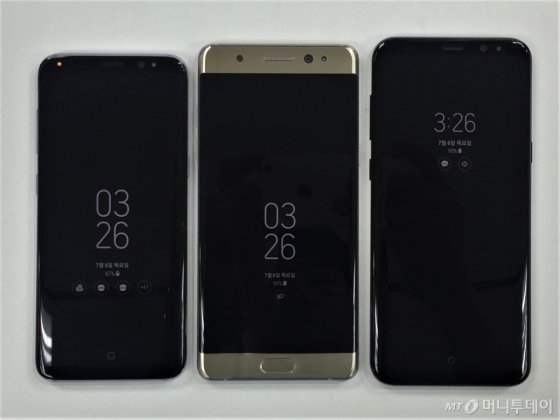 갤럭시노트FE(가운데)와 갤럭시S8(왼쪽), 갤럭시S8+. 갤럭시노트FE는 '16대 9' 화면과 전면 홈버튼 적용으로 인해 가장 작은 화면 크기에도 불구하고 부피가 상대적으로 크다. /사진= 이하늘기자
