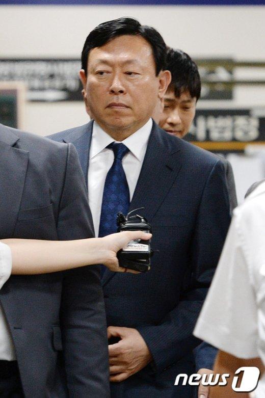 [사진]법정 향하는 신동빈 회장 '취재진 질문에는 묵묵부답'