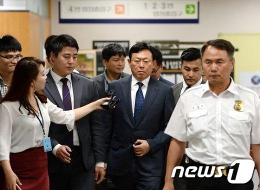 [사진]신동빈 회장 '박근혜 전 대통령과 법정에서 대면'