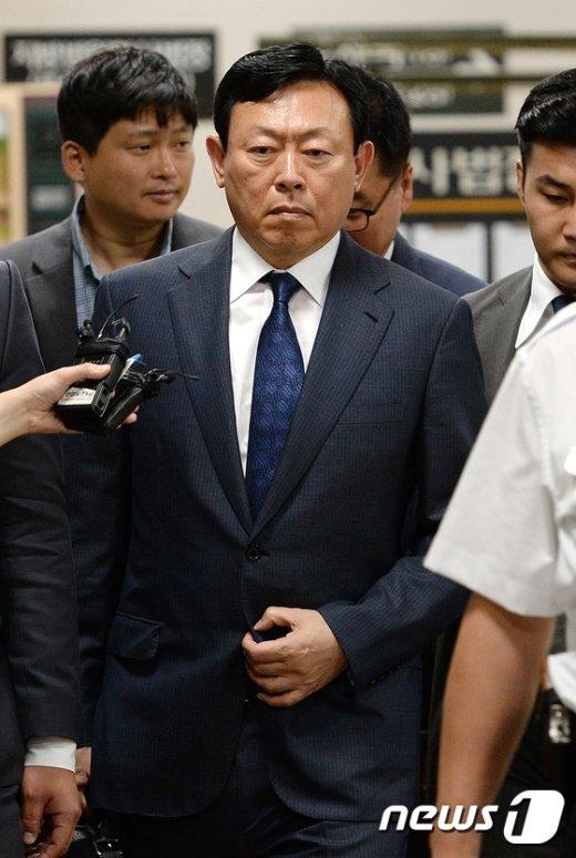 [사진]법정 향하는 신동빈 롯데그룹 회장