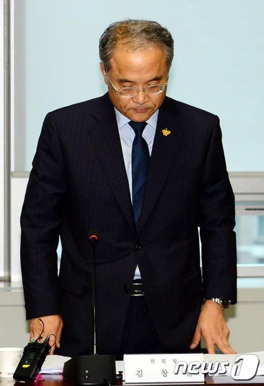 [사진]김창준 세월호 선체조사위원장 '묵념'