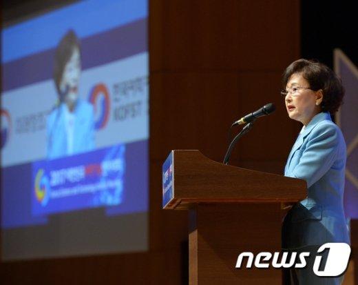 [사진]개회사 하는 김명자 과총회장
