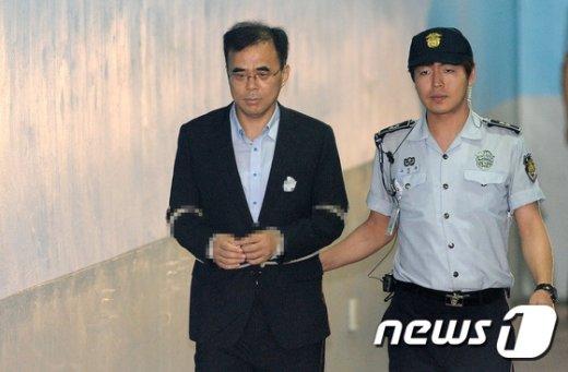 [사진]굳은표정으로 법정 향하는 김종 전 차관